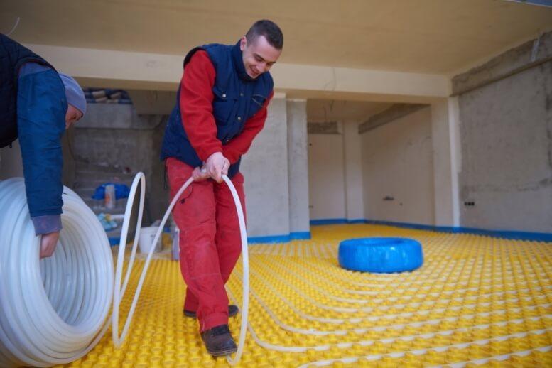 Specialist legt waterslangen in noppenplaat vast
