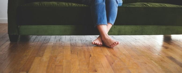 Blote voeten op vloer